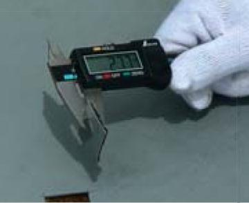 切り取った防水層の測定